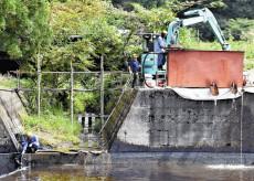 【社会】 原油の異常湧出続く市、回収しても「使い道ない」…池に流入して水面真っ黒
